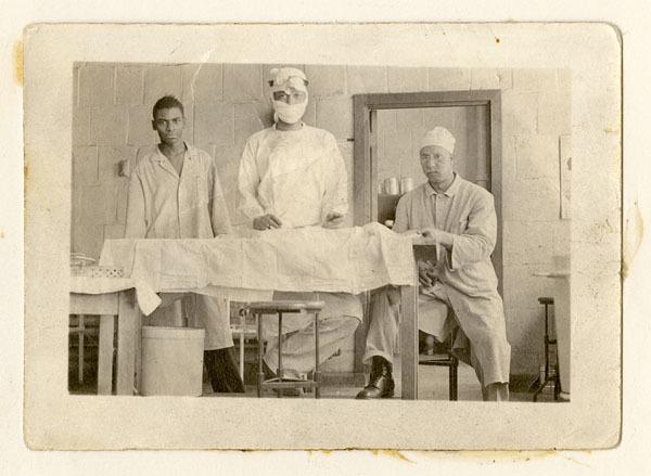 Vivien Thomas and assistants operating on laboratory dog at Vanderbilt University